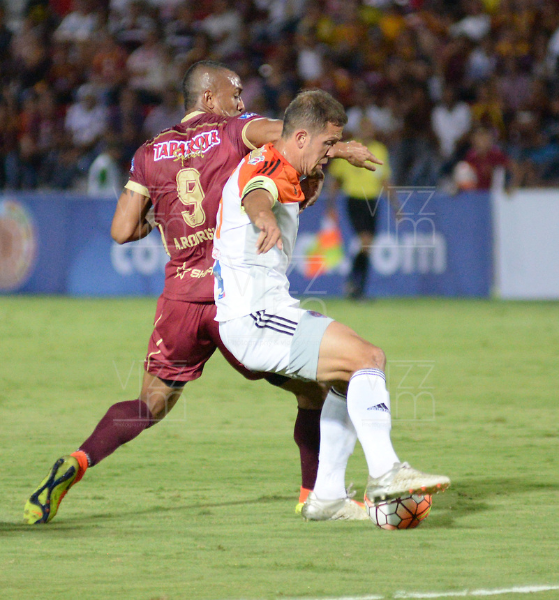IBAGUÉ -COLOMBIA, 08-06-2015. Angelo Rodriguez (Izq) jugador de Deportes Tolima de Colombia disputa el balón con un (Der) jugador del Deportivo La Guaira de Venezuela durante partido de la primera fase, llave G12 de la Copa Sudamericana 2016 jugado en el estadio Manuel Murillo Toro de la ciudad de Ibagué./ Angelo Rodriguez (L) player of  Deportes Tolima of Colombia vies for the ball with a (R) player of Deportivo La Guaira of Venezuela during match for the first phase, Kye G12, of the South American Cup 2016 played at Manuel Murillo Toro stadium in Ibague city. Photo: VizzorImage / Juan Carlos Escobar / Str
