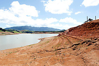 PIRACAIA, SP, 27.03.2014 - SISTEMA CANTAREIRA - RESERVATORIO RIO JACAREI - Área da Represa no Reservatório do Rio Jacarei, que localiza - se proximo a Estrada que liga Piracaia a Joanópolis, na altura do km 103,5, conhecido como Túnel 7, onde a Sabesp faz uma obra, que visa em construir tubulações para bombear a água para o lado mais baixo da represa. A Região sofre com a seca a meses, mesmo com as chuvas da últimas semanas,  os reservatórios continuam ainda muito baixo. foto: Paulo Fischer/Brazil Photo Press.
