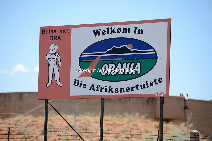 Little Giant: AFRIKA, SUEDAFRIKA,  NORTHERN CAPE, ORANIA, 16.01.2014: Dorfeingangsschild von Orania Orania eine Gemeinschaft weisser Suedafrikaner die sich weigern ein Teil der multietnischen Rainbow Nation zu werden. In der Halbwüste der Karoo streben sie nach einer eigenen burischen Kulturheimat.