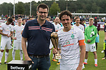 29.07.2017, Fritz Detmar Stadion, Lohne, GER, FSP SV Werder Bremen (GER) vs WestHam United (ENG), <br /> <br /> im Bild<br /> Thomas Delaney (Werder Bremen #6) erhaelt den Pokal aus der HAND VOM 1. VORSITZENDEN DES Gastgegenden verein BW L ohne<br /> <br /> <br /> Foto &copy; nordphoto / Kokenge