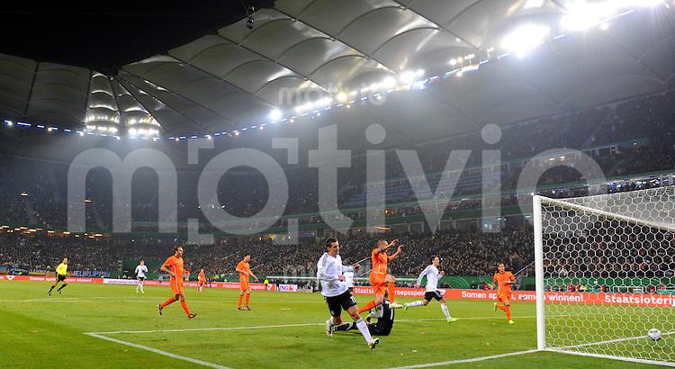 15. November 2011: Hamburg, Imtech-Arena: Fussball Laenderspiel (Testspiel): Deutschland - Niederlande: Deutschlands Mesut Oezil (2.v.r.) trifft nach einem Pass von Miroslav Klose (vorn) zum 3:0.