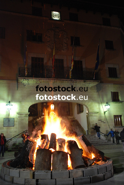 Bonfire of Saint Antony's night at the main square in front of the town hall of S&oacute;ller<br /> <br /> Fuego de San Antonio Abad (cat.: Sant Antoni Abat) en la Plaza de la Constituci&oacute;n delante del Ayuntamiento de S&oacute;ller<br /> <br /> Sankt Antonius Feuer auf dem Hauptplatz von Soller vor dem Rathaus <br /> <br /> 3008 x 2000 px<br /> 150 dpi: 50,94 x 33,87 cm<br /> 300 dpi: 25,47 x 16,93 cm