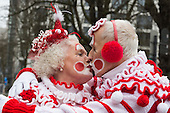 Düsseldorf, Deutschland. 26. February 2017. Clowns mit selbstgestricktem Outfit. Straßenkarneval auf der Kö in Düsseldorf. Düsseldorfer flanieren in bunten Karnevalskostümen und mit viel guter Laune über die Königsallee, beim sogenannten Kö-Treiben, einen Tag vor Rosenmontag.