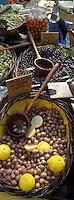 Europe/France/Languedoc-Roussillon/30/Gard/Uzès : Etal d'olives sur le marché de la place aux Herbes, détail olives au citron