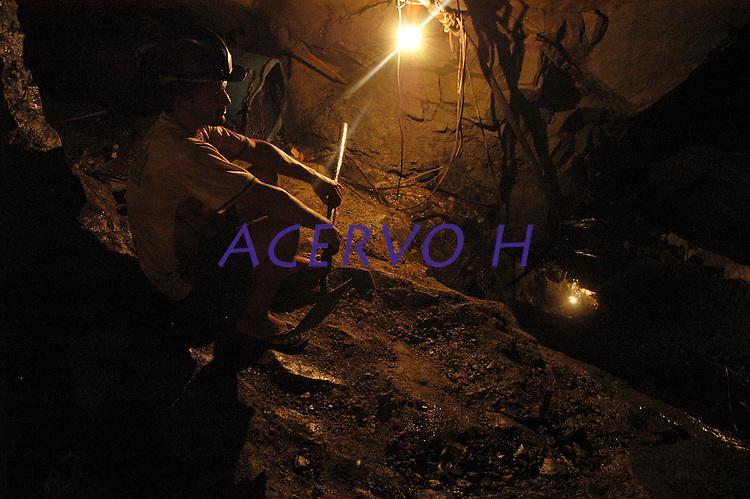 Garimpo Ouro Verde.<br /> <br /> O garimpeiro Fernando Albuquerque da Silva, de 28 anos,  se arrisca em profundidades de  300 mts a procura de ouro.<br /> O garimpo, cerca de 80 km de Altamira é um dos muitos que usam mercúrio para extração do metal