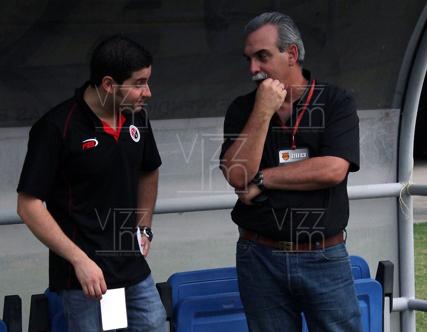 CÚCUTA -COLOMBIA, 28-09-2013.  Julio César González (D) tecnico del Cucuta durante el encuentro entre Cucuta Deportivo y Once Caldas válido por la fecha 12 de la Liga Postobon II disputado en el estadio General Santander de la ciudad de Cucuta./ Julio Cesar Gonzales (R) coach of Cucuta during the match between Cucuta Deportivo and Once Caldas valid for the date 12 of the Postobon League II at the General Santander Stadium in Cucuta city. Photo: VizzorImage/Manuel Hernandez/STR