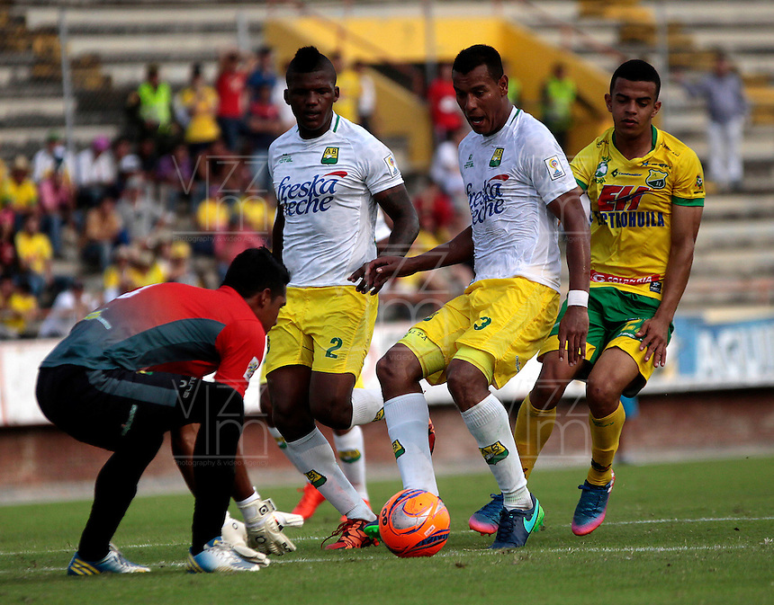 NEIVA - COLOMBIA -22-02-2017: William Duarte (Izq.) jugador de Atletico Huila disputa el balón con Faider Burbano (Der.) jugador de Atletico Bucaramanga, durante partido entre Atletico Huila y Atletico Bucaramanga, por la fecha 5 de la Liga Aguila, I 2017 en el estadio Guillermo Plazas Alcid de Neiva. / William Duarte (L), player of Atletico Huila vies for the ball with Faider Burbano (R) player of Atletico Bucaramanga, during a match for the date 5 of the Liga Aguila I 2017 at the Guillermo Plazas Alcid Stadium in Neiva city. Photo: VizzorImage  / Sergio Reyes / Cont.