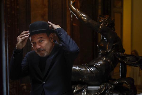 """GRA133. MADRID, 14/07/2017.- El artista panameño Rubén Blades posa antes de la rueda de prensa ofrecida hoy en Madrid para presentar su gira """"Caminando, Adiós y Gracias"""" con la que se despide de la salsa. EFE/Emilio Naranjo"""