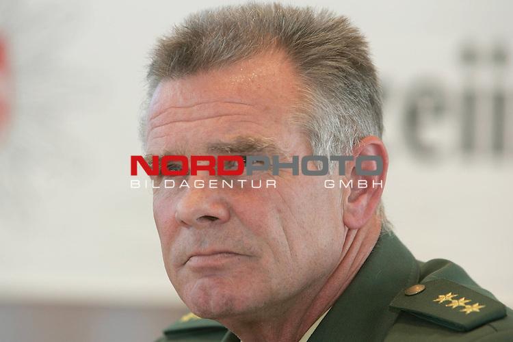 Am zweiten Tag nach dem Fund der Kinderleiche in Vechta, gab die Polizei erste Ergebnisse bei einer Pressekonferenz bekannt. UNter anderem wurde mitgeteilt, dass es sich um ein unbekleidetes M&scaron;dchen handle ohne Kopf. Ebenso habe man in der N&scaron;he des Fundortes diverse Gegenst&scaron;nde gefunden, die nun zugeordnet werden mŁssen.<br /> Bild: Polizeidirektor Peter Sieverling / Vechta<br /> Foto: &copy; nordphoto <br /> <br />  *** Local Caption *** Foto ist honorarpflichtig! zzgl. gesetzl. MwSt.<br />  Belegexemplar erforderlich<br /> Adresse: nordphoto<br /> Georg-Reinke-Strasse 1<br /> 49377 Vechta