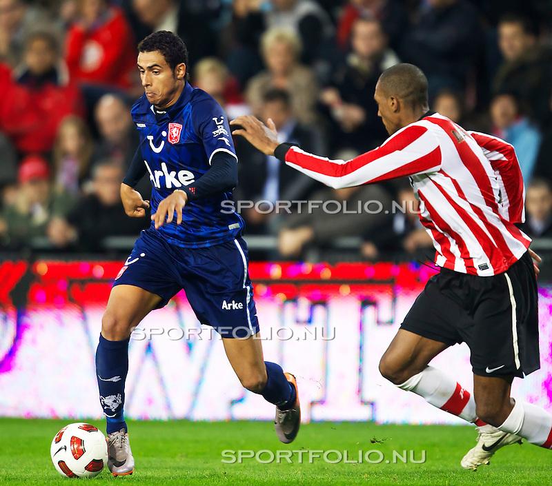 Nederland, 30 oktober 2010.Eredivisie.Seizoen 2010-2011.PSV-FC Twente (0-1).Nacer Chadli van FC Twente  in duel om de bal met Atiba Hutchinson