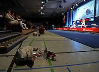 Deutsche Meisterschaft DM 2013 Fechten Säbel in Tauberbischofsheim - Feature , Säbel liegt am Boden in der Finalhalle zwischen Zuschauern und Planche. Foto: Norman Rembarz