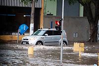 SAO PAULO, SP - 30.09.2018 - CHUVA-ALAGAMENTO - Forte chuva acarreta em alagamento no Largo do Socorro no final da tarde deste domingo (30) na zona sul de São Paulo.<br /> <br /> (Foto: Fabricio Bomjardim / Brazil Photo Press)