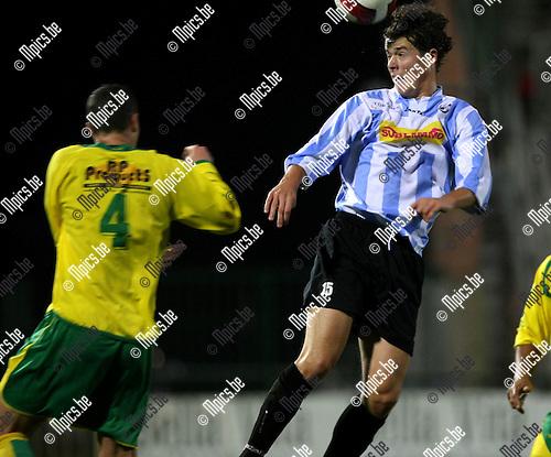 2008-10-25 / Voetbal / Verbr. Geel-Meerhout - Heusden-Zolder / Martijn Plessers (r, Verbr. G-M) kopt de bal....Foto: Maarten Straetemans (SMB)