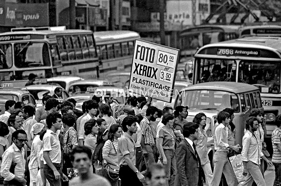 Faixa de pedestres no centro histórico de São Paulo. 1980. Foto de Juca Martins.