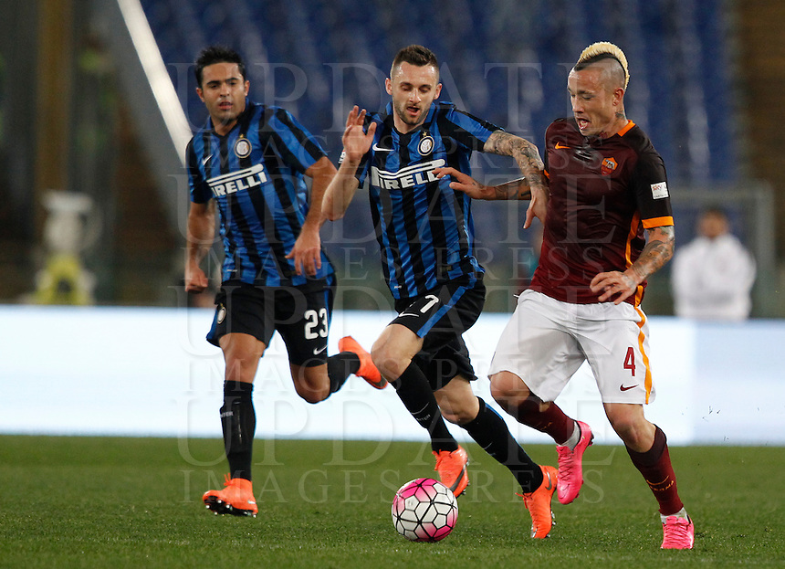 Calcio, Serie A: Roma vs Inter. Roma, stadio Olimpico, 19 marzo 2016.<br /> Roma's Radja Nainggolan, right, is challenged by FC Inter's Marcelo Brozovic, center, and Eder, during the Italian Serie A football match between Roma and FC Inter at Rome's Olympic stadium, 19 March 2016. The game ended 1-1.<br /> UPDATE IMAGES PRESS/Riccardo De Luca