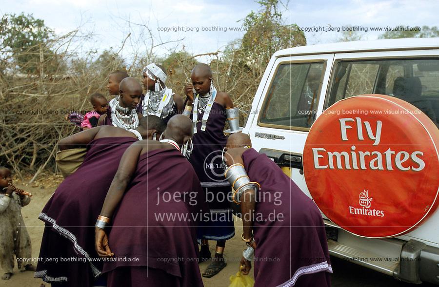 Tanzania, Masai Frauen an einem Jeep mit Emirates Airlines Werbung bei Handeni / Tanzania, Massai women at jeep with airlines advertisement of Emirates