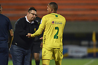 ITAGÜÍ - COLOMBIA, 25-02-2020: Alvaro Hernandez, técnico de Leones, felicita  aEder Munive por su gol durante el encuentro entre Leones F.C. y Atlético Huila por la fecha 4 de la Torneo BetPlay DIMAYOR I 2020 jugado en el estadio Polideportivo Sur de Envigado. / Alvaro Hernandez, coach of Leones greets to Eder Munive for his score during the match between Leones F.C. and Atletico Huila between Leones F.C. and Atletico Huila for the date 4 of the BetPlay DIMAYOR Tournament I 2020 played at Polideportivo Sur stadiim in Envigado city.  Photo: VizzorImage / Leon Monsalve / Cont