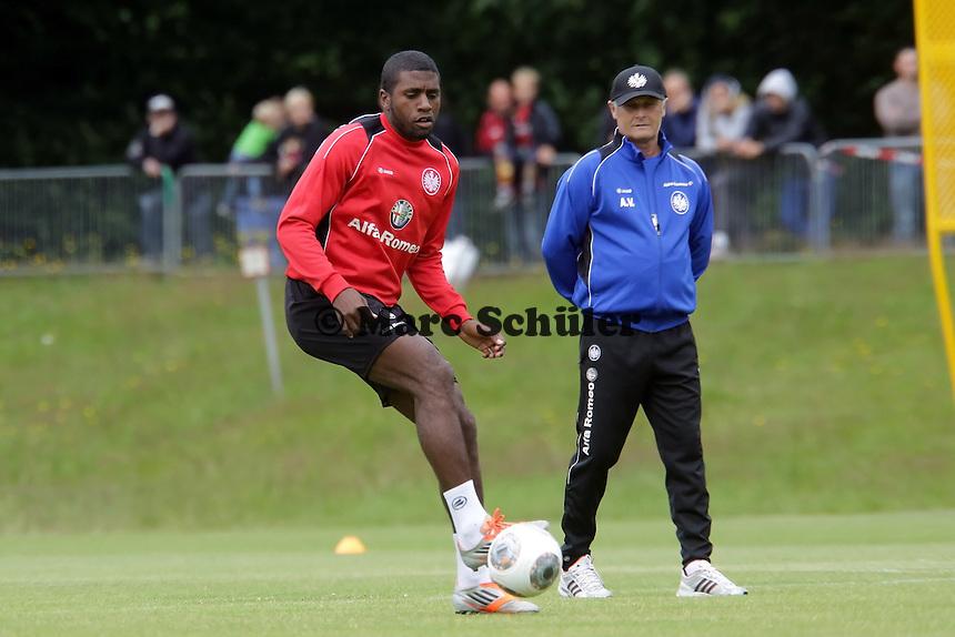 Trainer Armin Veh beobachtet Olivier Occean (Eintracht) - Eintracht Frankfurt Trainingsauftakt