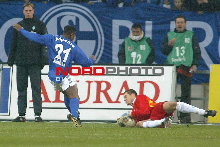 BL 2002/2003 - 16. Spieltag<br /> Schalke 04 vs SV Werder Bremen 1:1<br /> Bremens Keeper rettet in letzter Sekunde einen Schuss von Emilie Mpenza<br /> Foto &copy; nordphoto <br />  *** Local Caption *** Foto ist honorarpflichtig! zzgl. gesetzl. MwSt.<br />  Belegexemplar erforderlich<br /> Adresse: nordphoto<br /> Georg-Reinke-Strasse 1<br /> 49377 Vechta