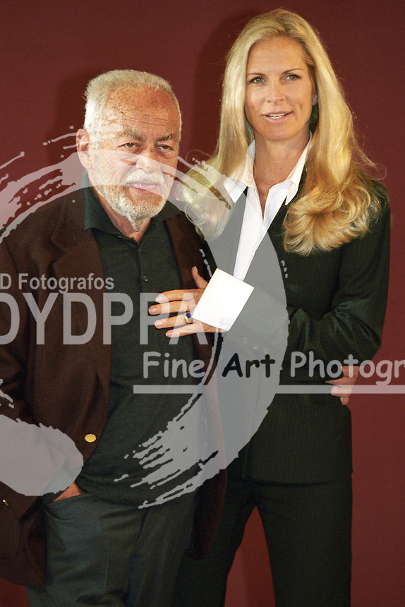 """Ialian film producer Dino De Laurentiis died on Nov. 11th 2010 in Los Angeles. He produced more than 160 movies including HANNIBAL, RED DRAGON, CONAN, LA STRADA, WAR AND PEACE and RISO AMARO (BITTER RICE) - Dino De Laurentiis and wife  Martha De Laurentiis during the hotocall for """"Roter Drache / Red Dragon"""" at Hotel Atlantic, Hamburg. Oct., 9th 2002"""