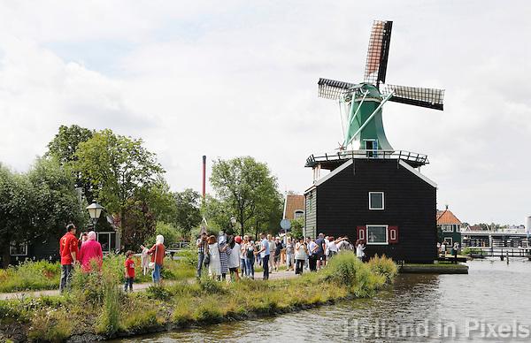 Nederland Zaanse Schans 2016 07 09.  Toeristen bekijken de molens aan de Zaan. Foto Berlinda van Dam / Hollandse Hoogte