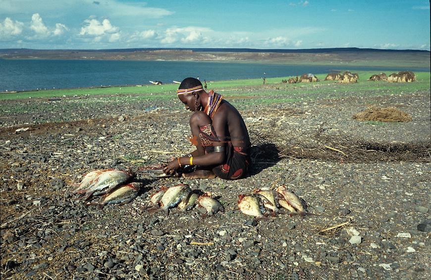 Women kleaning captured fish