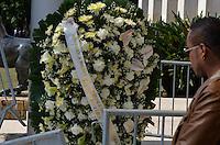 ATENCAO EDITOR IMAGENS EMBAGADAS PARA VEICULOS INTERNACIONAIS - SAO PAULO, SP, 30 SETEMBRO 2012 - VELORIO HEBE CAMARGO - Arranjo de flores dado ex presidente Lula e sua esposa Maria Leticia. Hebe morreu ontem aos 83 anos, de parada cardíaca, na sua casa no bairro do Morumbi, na capital paulista. Diagnosticada com câncer no peritônio em janeiro de 2010, ela lutava contra a doença desde então. (FOTO: LEVI BIANCO / BRAZIL PHOTO PRESS).