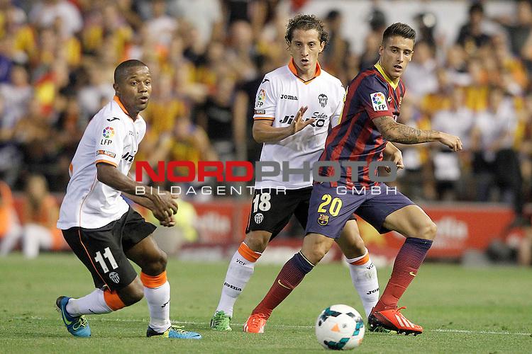 Valencia's Dorlan Pabon (l) and Andres Guardado (c) and FC Barcelona's Cristian Tello during La Liga match.September 1,2013. Foto © nph / Acero)
