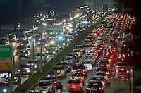 SÃO PAULO, SP, 16.05.2014 – TRÂNSITO EM SÃO PAULO: Trânsito na Av. 23 de Maio, próximo ao Parque do Ibirapuera, zona sul de São Paulo na tarde desta sexta feira. (Foto: Levi Bianco / Brazil Photo Press).