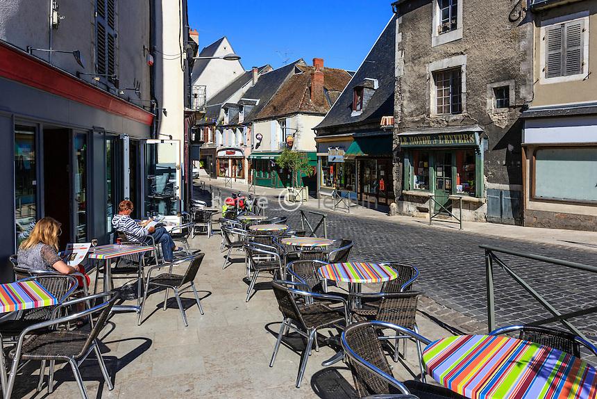 France, Nièvre (58), La Charité-sur-Loire, la rue du Pont et terrasse de café // France, Nievre, La Charite sur Loire, Pont street and cafe