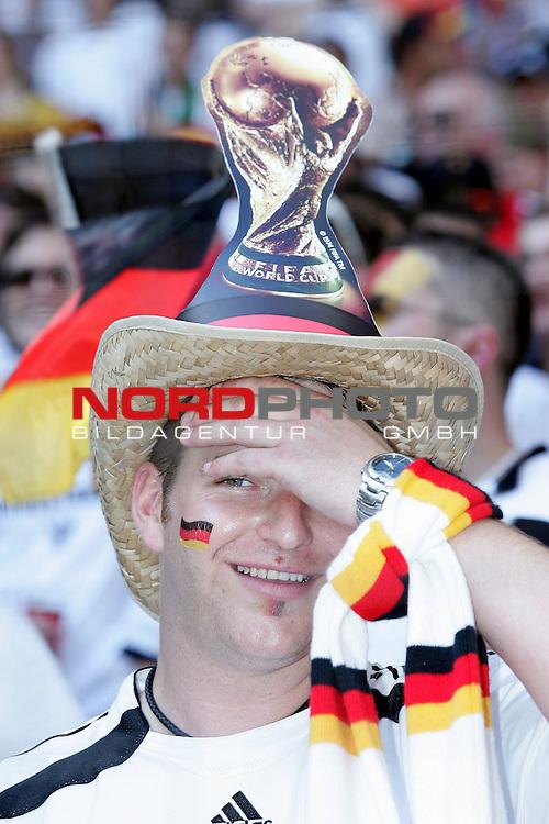 FIFA WM 2006 -  Round of Sixteen - / Viertelfinale <br /> Play    #49 (24-Jun) - Deutschland - Schweden<br /> <br /> Fans Muenchen beim ersten Spiel der Deutschen Mannschaft im Achtelfinale bei tropischen Temperaturen<br /> <br /> <br /> <br /> Foto &copy; nordphoto