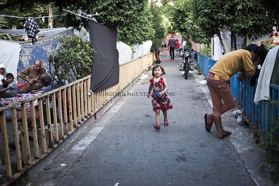 GAZA: Une petite fille r&eacute;fugi&eacute;e court dans le camp de l'h&ocirc;pital Al Shifa au centre de Gaza. <br /> <br /> GAZA: A little girl runs in the refugee camp near Al Shifa hospital in central Gaza.