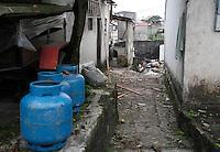 SÃO PAULO,SP,21 MAIO 2012 - EXPLOSÃO CASA ZONA LESTE <br /> Três casas ficaram destruídas após uma explosão causada por um vazamento de gás na Vila Prudente, Zona Leste de São Paulo, no início da madrugada desta segunda-feira (21). Duas pessoas que dormiam no imóvel onde aconteceu a explosão tiveram ferimentos leves.FOTO ALE VIANNA - BRAZIL PHOTO PRESS