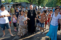 Il cardinale  Vallini visita il campo nomadi di via Candoni