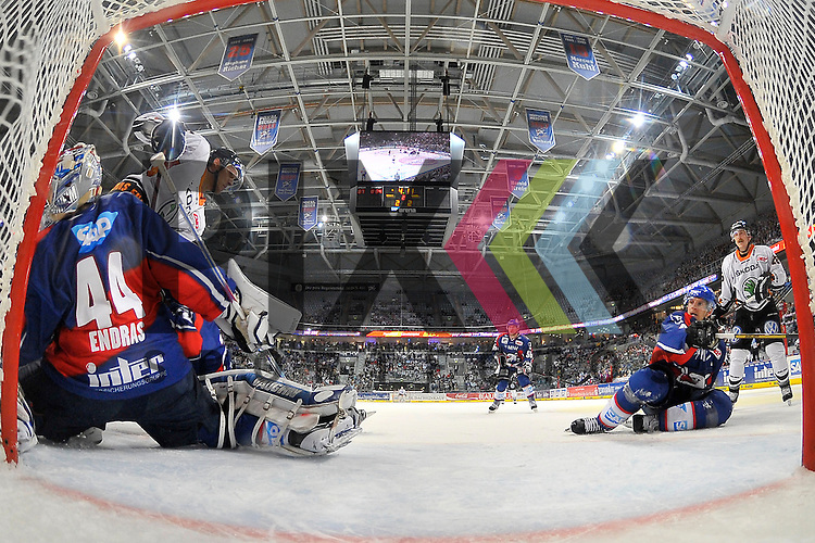Mannheim 21.10.12, DEL, Adler Mannheim - Grizzly Adams Wolfsburg, Wolfsburgs Patrick Pohl (Nr.26) gegen Mannheims Dennis Endras (Nr.44) und rechts Mannheims Dennis Seidenberg (Nr.4) gegen Wolfsburgs Robbie Bina (Nr.28) <br /> <br /> Foto &copy; Ice-Hockey-Picture-24 *** Foto ist honorarpflichtig! *** Auf Anfrage in hoeherer Qualitaet/Aufloesung. Belegexemplar erbeten. Veroeffentlichung ausschliesslich fuer journalistisch-publizistische Zwecke. For editorial use only.