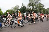 Nederland Amsterdam 2017 .  De World Naked Bike Ride, afgekort WNBR, is een demonstratie die jaarlijks in grote steden over de hele wereld wordt gehouden en voortkomt uit de Spaanse Ciclonudista, die voor het eerst in 2001 in Zaragoza is gehouden. De Bike Ride eist de straat terug voor de mensen die er leven en zich op eigen kracht (lopend, fietsend, etc.) voortbewegen, en protesteert op een ludieke wijze tegen de overheersing van de straat door auto's en ander gemotoriseerd verkeer. De deelnemers gaan ongekleed om de kwetsbaarheid van het menselijk lijf in het verkeer zichtbaar te maken.   Foto Berlinda van Dam / Hollandse Hoogte