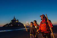 Europe/France/Normandie/Basse-Normandie/50/Manche: Baie du Mont Saint-Michel, classée Patrimoine Mondial de l'UNESCO, Le Mont Saint-Michel - Traversée de la Baie du Mont Saint-Michel de nuit, au flambeau avec  Olivier Ribeyrolles Guide de la Baie  - Auto N°:2013-121, 2013-122 // Europe/France/Normandie/Basse-Normandie/50/Manche: Bay of Mont Saint Michel, listed as World Heritage by UNESCO,  The Mont Saint-Michel  Crossing the Bay of Mont Saint-Michel with Olivier Ribeyrolles Guide Bay - Auto N°:2013-121, 2013-122