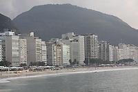 RIO DE JANEIRO, RJ, 16.06.2014 - CLIMA TEMPO - RIO DE JANEIRO - Movimentacao na praia de Copacabana vista a partir do Forte na manha desta segunda-feira na cidade do Rio de Janeiro. (Foto: Tatiana Araujo - Brazil Photo Press).