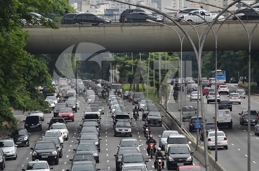 ATENCAO EDITOR IMAGEM EMBARGADA PARA VEICULOS INTERNACIONAIS - SAO PAULO, 04 DE FEVEREIRO DE 2013. - TRANSITO SP  - Transito intenso na avenida 23 de Maio, sentido bairro, na manha desta segunda feira, 04, regiao central da capital..  (FOTO: ALEXANDRE MOREIRA / BRAZIL PHOTO PRESS).