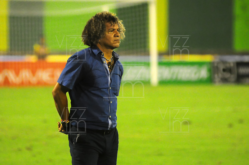 BARRANCABERMEJA -COLOMBIA, 05-11-2016:  Alberto Gamero técnico de Deportes Tolima gesticula durante partido con Alianza Petrolera por la fecha 19 de la Liga Aguila II 2016 disputado en el estadio Daniel Villa Zapata de la ciudad de Barrancabermeja. / Alberto Gamero coach of Deportes Tolima gestures during match against Alianza Petrolera for the date 19 of the Aguila League II 2016 played at Daniel Villa Zapata stadium in Barrancebermeja city. Photo: VizzorImage / Jose Martinez / Cont