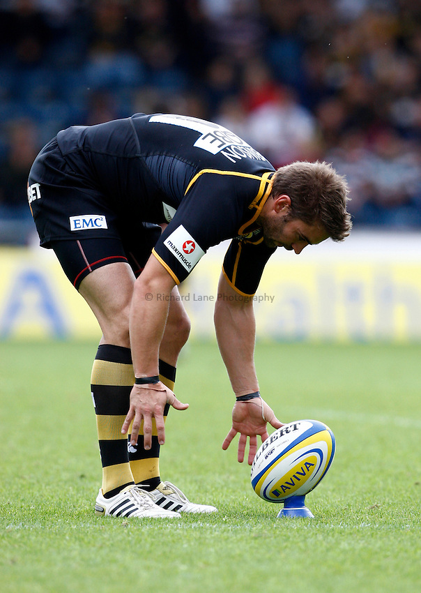 Photo: Richard Lane/Richard Lane Photography. London Wasps v Leicester Tigers. 11/09/2011. Wasps' Nick Robinson kicks.