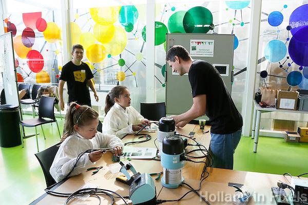 Nederland  Amsterdam  2016. Weekend van de Wetenschap. Open Dag van het Science Park. Workshop signaalvanger solderen bij AMOLF.<br />  Foto Berlinda van Dam / Hollandse Hoogte