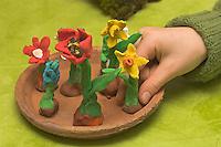 Kinder basteln Frühjahrsblumen aus Knete, Bastelei, Verschiedene Blumen (Hyazinthe, Tulpe, Narzisse, Osterglocke u.a.) auf Tonteller