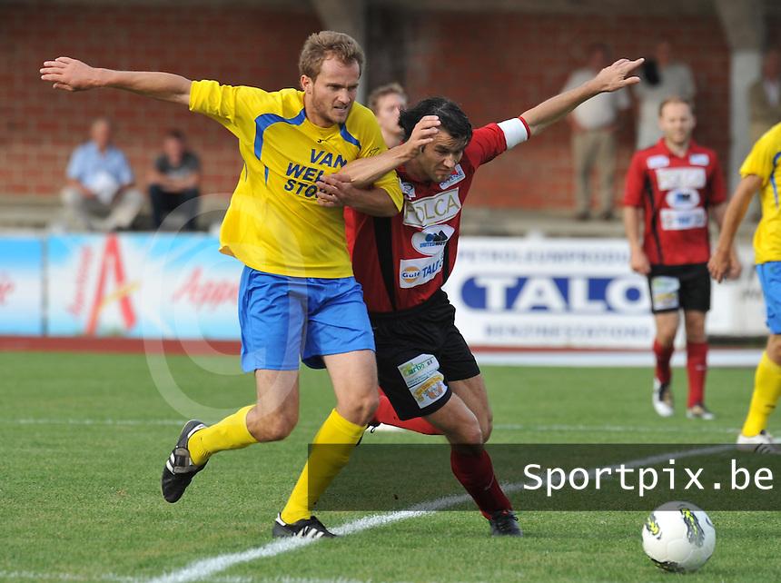 KFC Izegem - Cappellen / Kappellen FC : duel tussen Tom Coghe (rechts) en Pieter Crabeels..foto VDB / BART VANDENBROUCKE