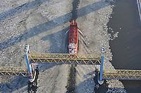 Kattwykbruecke: EUROPA, DEUTSCHLAND, HAMBURG, 08.01.2009:  Architektur, Aussenaufnahme, Aussenaufnahmen, Bau, Bauwerk, Bauwerke, Bruecke, Deutschland, draussen, Eis, Eisgang,  Elbe, Europa, Fahrbahn, Fluesse, Fluss, Gebaeude, Hafen, Hamburg, Hamburger, Hebebruecke, Hebebruecken, Hubbruecke, Hubbruecken, in, Kattwyk, Kattwyk-Bruecke, Kattwykbruecke, Koehlbrand, Metropole, modern, moderne, Moorburg, Schiff, Schifffahrt, Schiffsverkehr, Seefahrt, Stadt, Strasse, Strassenverkehr, Suederelbe, Tanker, Tankschiff, Technik, Technologie, Technologien, Transport, Travel, Verbindung, verbunden, Verkehr, Verkehrsweg, Versorgung, Wasser, Luftbild, Luftansicht, Aufwind-Luftbilder..c o p y r i g h t : A U F W I N D - L U F T B I L D E R . de.G e r t r u d - B a e u m e r - S t i e g 1 0 2, .2 1 0 3 5 H a m b u r g , G e r m a n y.P h o n e + 4 9 (0) 1 7 1 - 6 8 6 6 0 6 9 .E m a i l H w e i 1 @ a o l . c o m.w w w . a u f w i n d - l u f t b i l d e r . d e.K o n t o : P o s t b a n k H a m b u r g .B l z : 2 0 0 1 0 0 2 0 .K o n t o : 5 8 3 6 5 7 2 0 9.V e r o e f f e n t l i c h u n g  n u r  m i t  H o n o r a r  n a c h M F M o d e r  A b s p r a c h e , N a m e n s n e n n u n g  u n d B e l e g e x e m p l a r !.