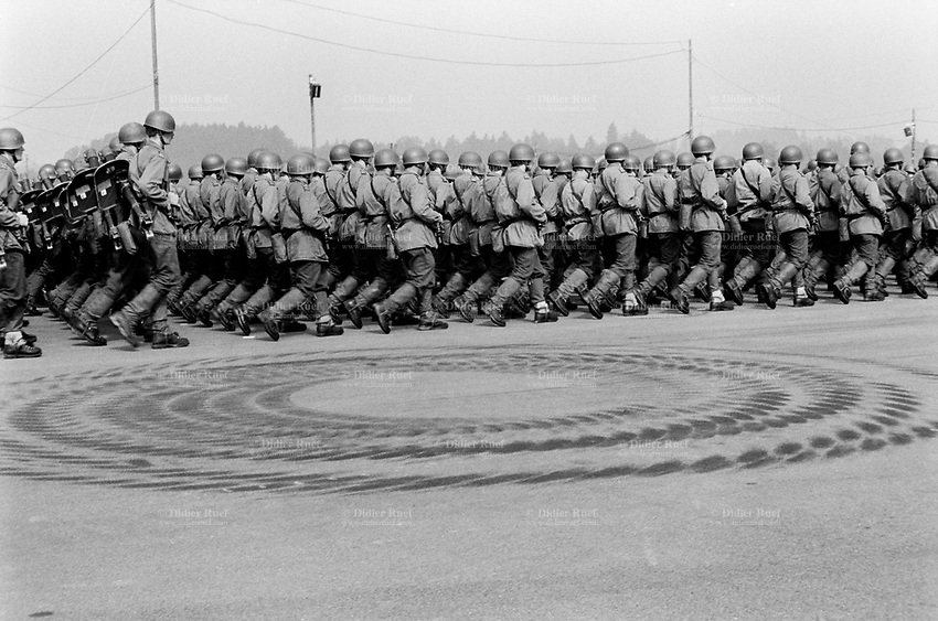 Switzerland. Canton Lucerne. Emmen. Celebration of the Swiss army. Soldiers parade. Ground tracks of tanks on the concrete ground. © 1991 Didier Ruef