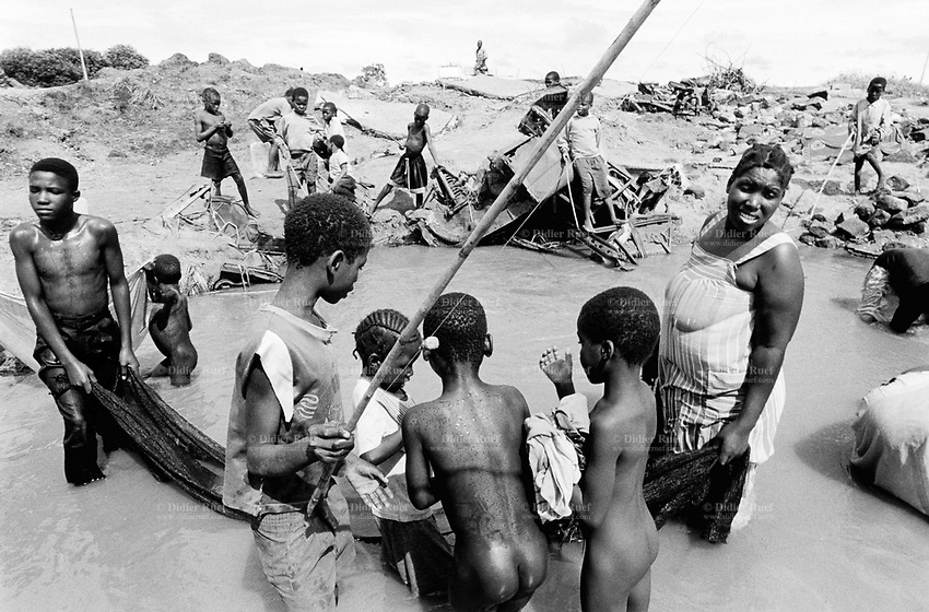 Mozambique. Province of Gaza. Chokwe. Families ( a mother and her children) fish for food. © 2000 Didier Ruef