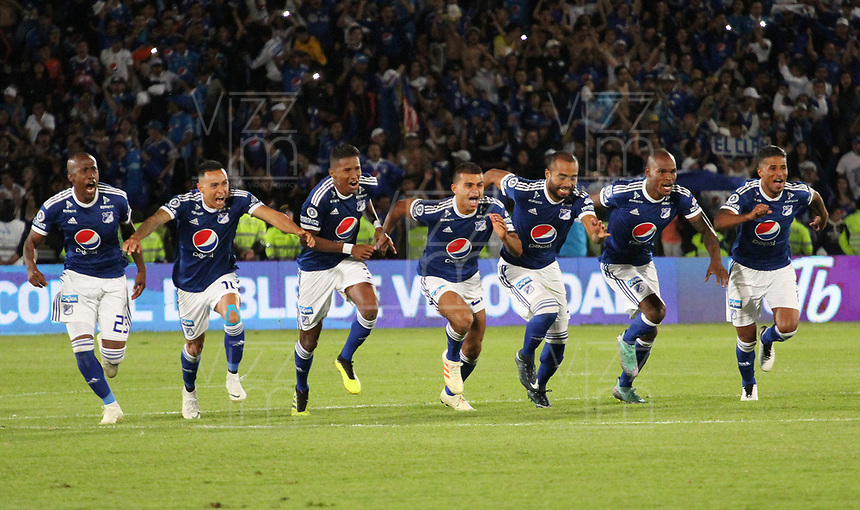 BOGOTÁ - COLOMBIA, 20-01-2019:jugadores de Millonarios  celebran al ganar el  Torneo Fox Sports  contra Independiente Santa Fe durante partido por la  final del Torneo Fox Sport 2019 jugado en el estadio Nemesio Camacho El Campín de la ciudad de Bogotá. / Millonarios players celebrate by winning the Fox Sports Tournament against Independiente Santa Fe during the final match of the Fox Sport 2019 Tournament played at the Nemesio Camacho El Campín stadium in the city of Bogotá. Photo: VizzorImage / Felipe Caicedo / Staff.
