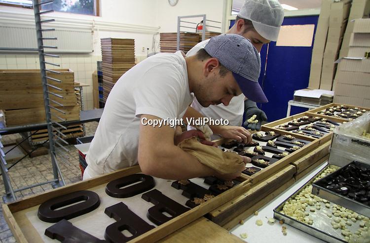 Foto: VidiPhoto..GENDT - Topdrukte bij chocoladefabriek Palino in Gendt in de Betuwe. De producent van gedecoreerde chocoladeproducten moet alle zeilen bijzetten om de bestellingen voor Sinterklaas en Kerst weggewerkt te krijgen. Het exclusieve chocoladeproduct van eigen receptuur en hoogwaardige grondstoffen mag zich in een toenemende belangstelling verheugen en is bij groothandel en speciaalzaken in heel Nederland te verkrijgen. Palino vindt de gewone chocoladeletter en de Gendtse, het verschil tussen een lelijke eend en een rolls royce.