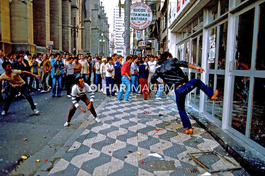 Revolta popular após derrota da emenda Diretas Já. São Paulo. 1984. Foto de Juca Martins.